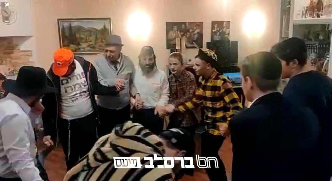 קייב: חוגגים פקדו את בית הכנסת העתיק שבשכונת פדול שבקייב לקיים את מצוות הפורים