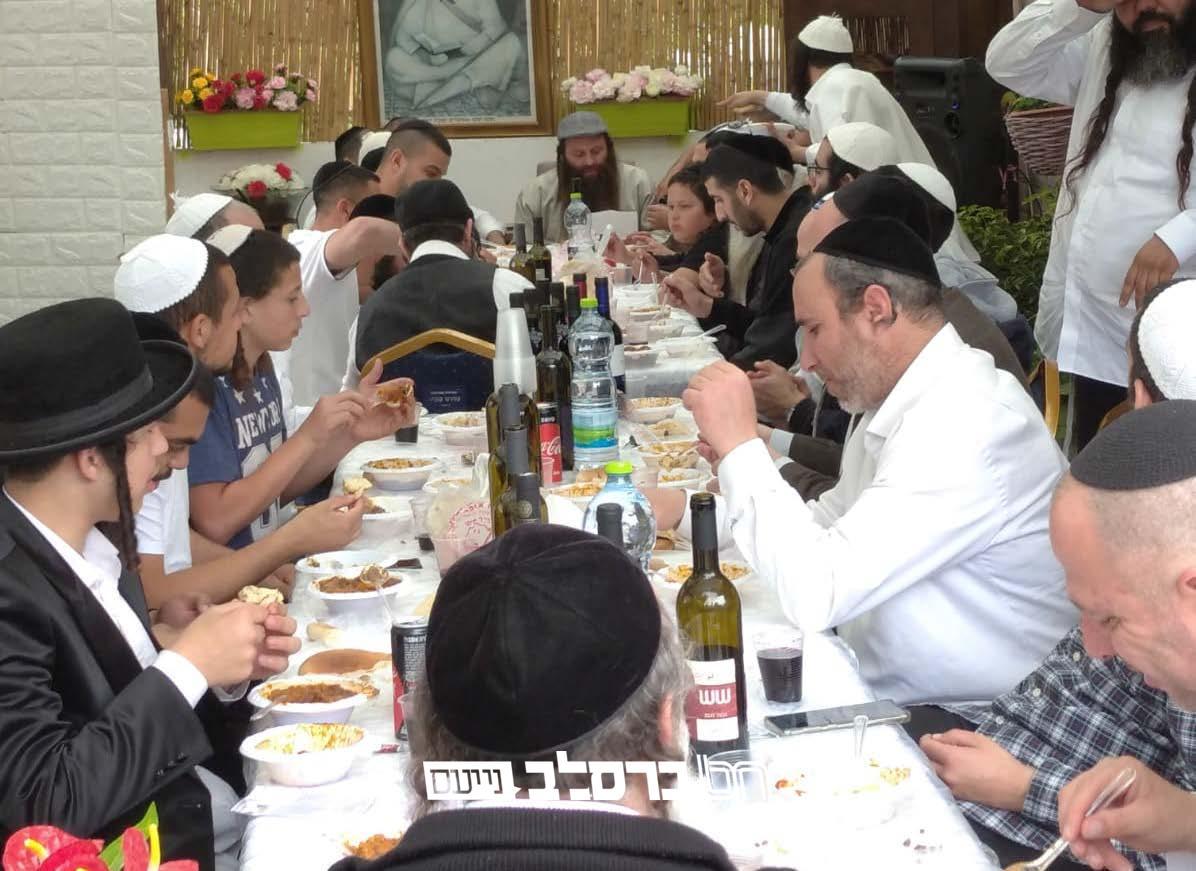 """רמלה: שמחת סעודת פורים ומשתה היין בבית הכנסת """"נצח ישראל"""" שברמלה"""