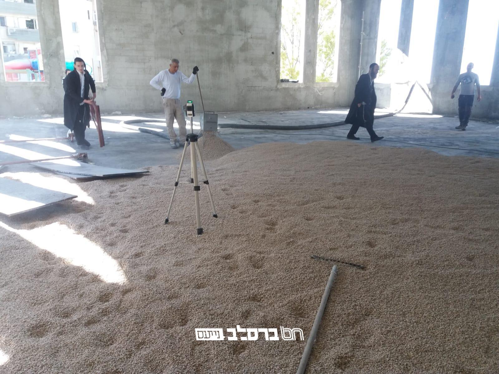 """צפת: החלו בריצוף הקומה החדשה של ביה""""כ ברסלב 'פאר הנצח' בצפת"""