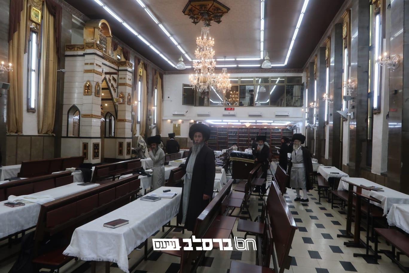 """ווירוס הקורונה – כך נראו התפילות בבית הכנסת הגדול דחסידי ברסלב שבמא""""ש בשבת קודש ויק""""פ החודש"""