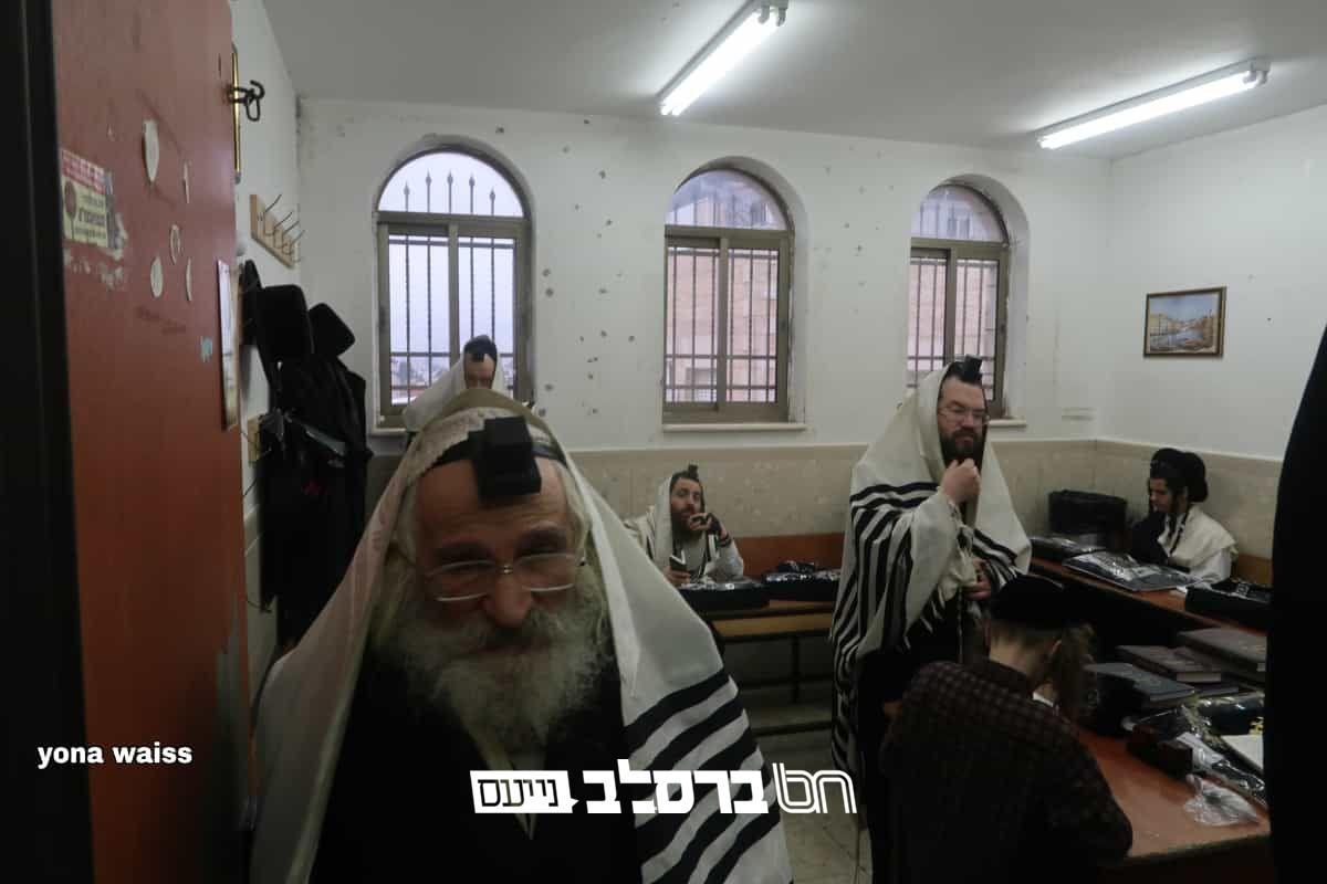 """ירושלים: ווירוס הקורונה – תפילת שחרית כוותיקין בביהכ""""נ הגדול במא""""ש מחולקים לכיתות כיתות"""