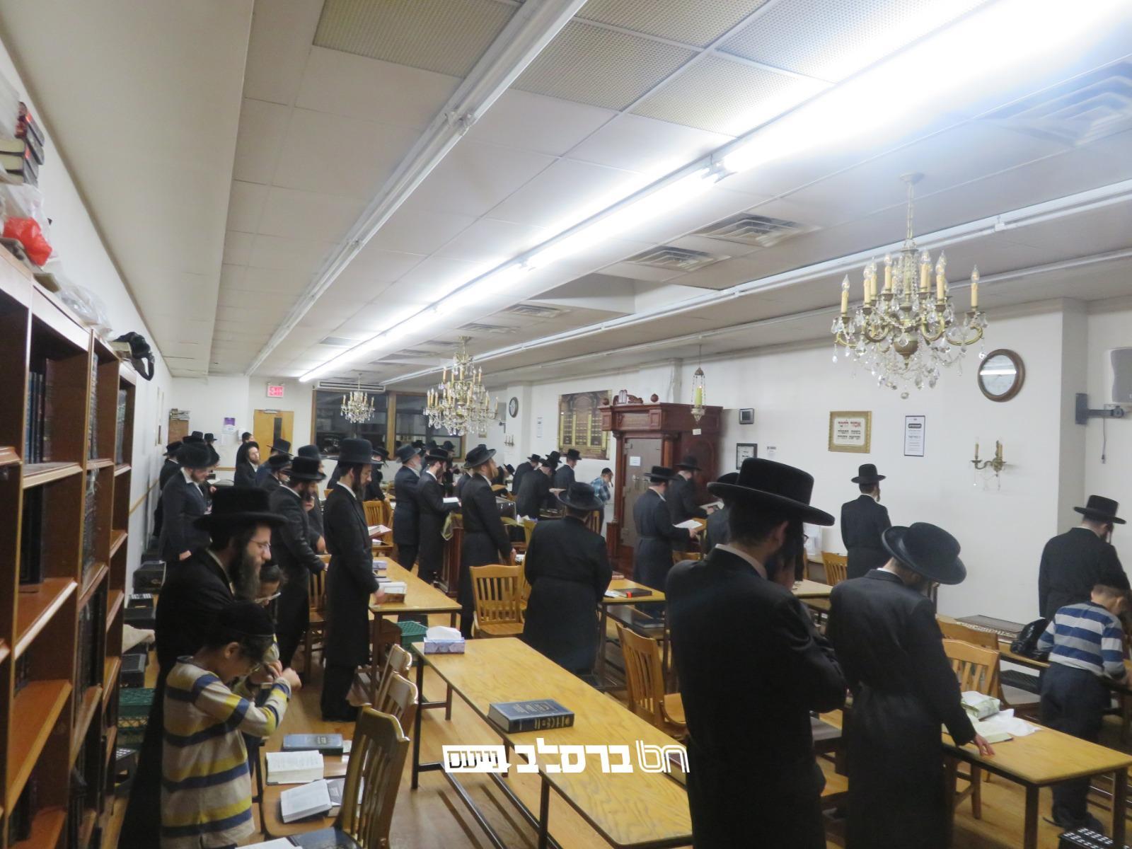 ווילאמסבורג: עַל שֶׁבֶר בַּת-עַמִּי • אמירת הקינות בליל תשעה באב בבית הכנסת ברסלב 306 ראדליטש • צפו