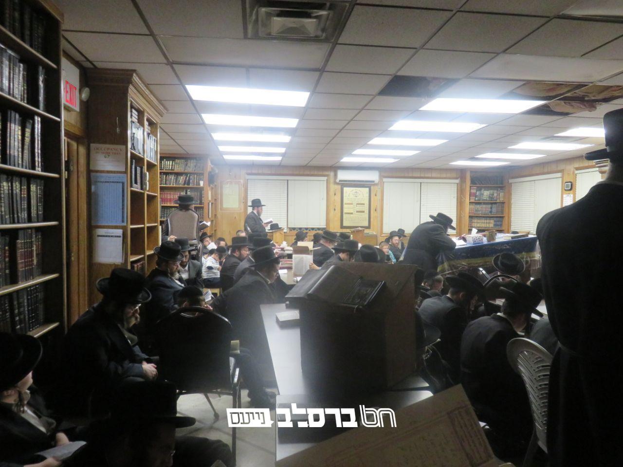 מונסי • אמירת הקינות בליל תשעה באב בבית הכנסת דחסידי ברסלב 'ברכת הנחל' • צפו