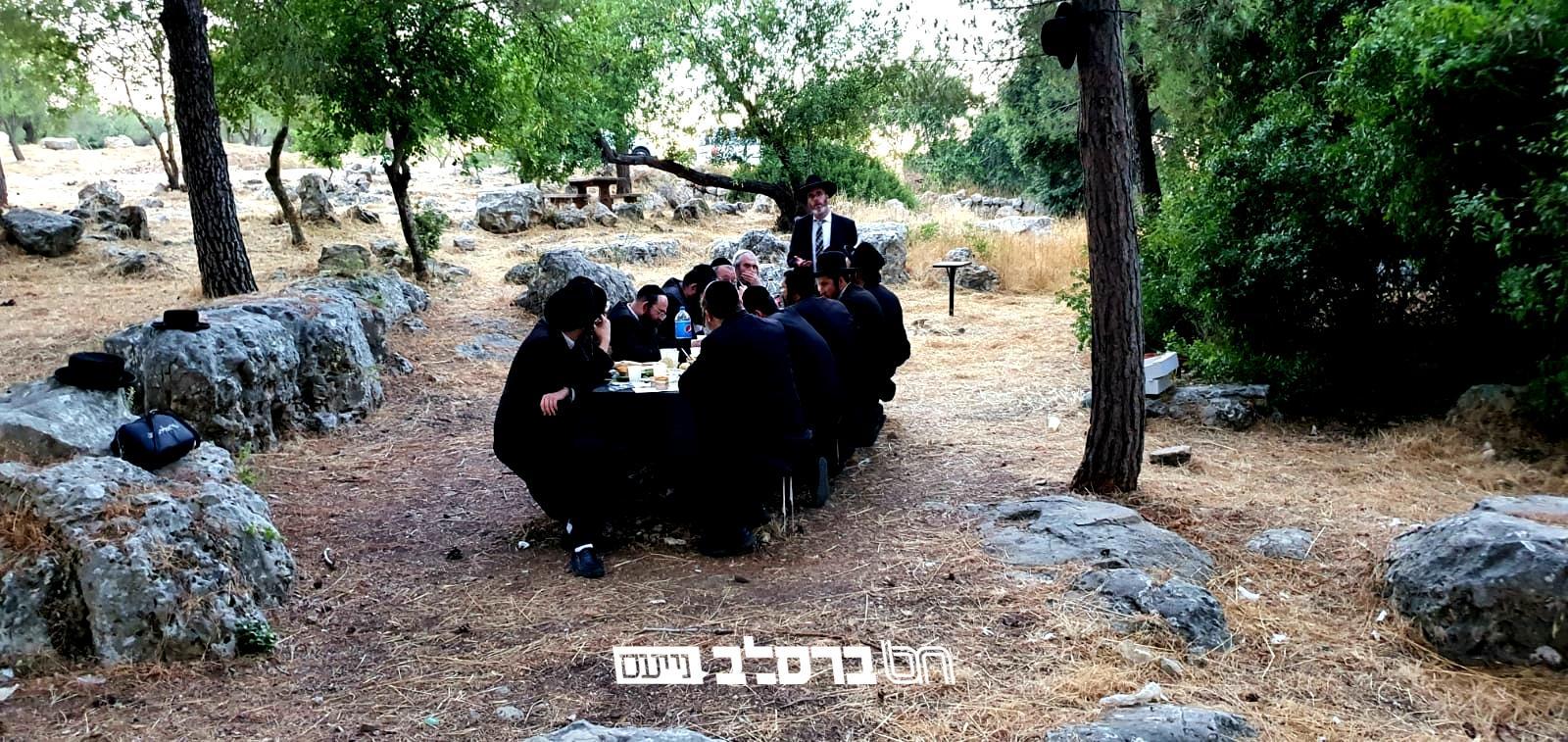 """אהבת משה • רבני הישיבה לצעירים במסע לציון הרשב""""י באתרא קדישא מירון"""