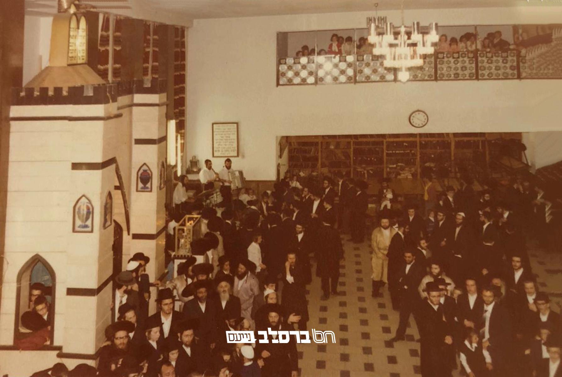 נוסטלגיה • גלרית תמונות מבית הכנסת הגדול דחסידי ברסלב (השול) בירושלים בשנים עברו • גלריה ב