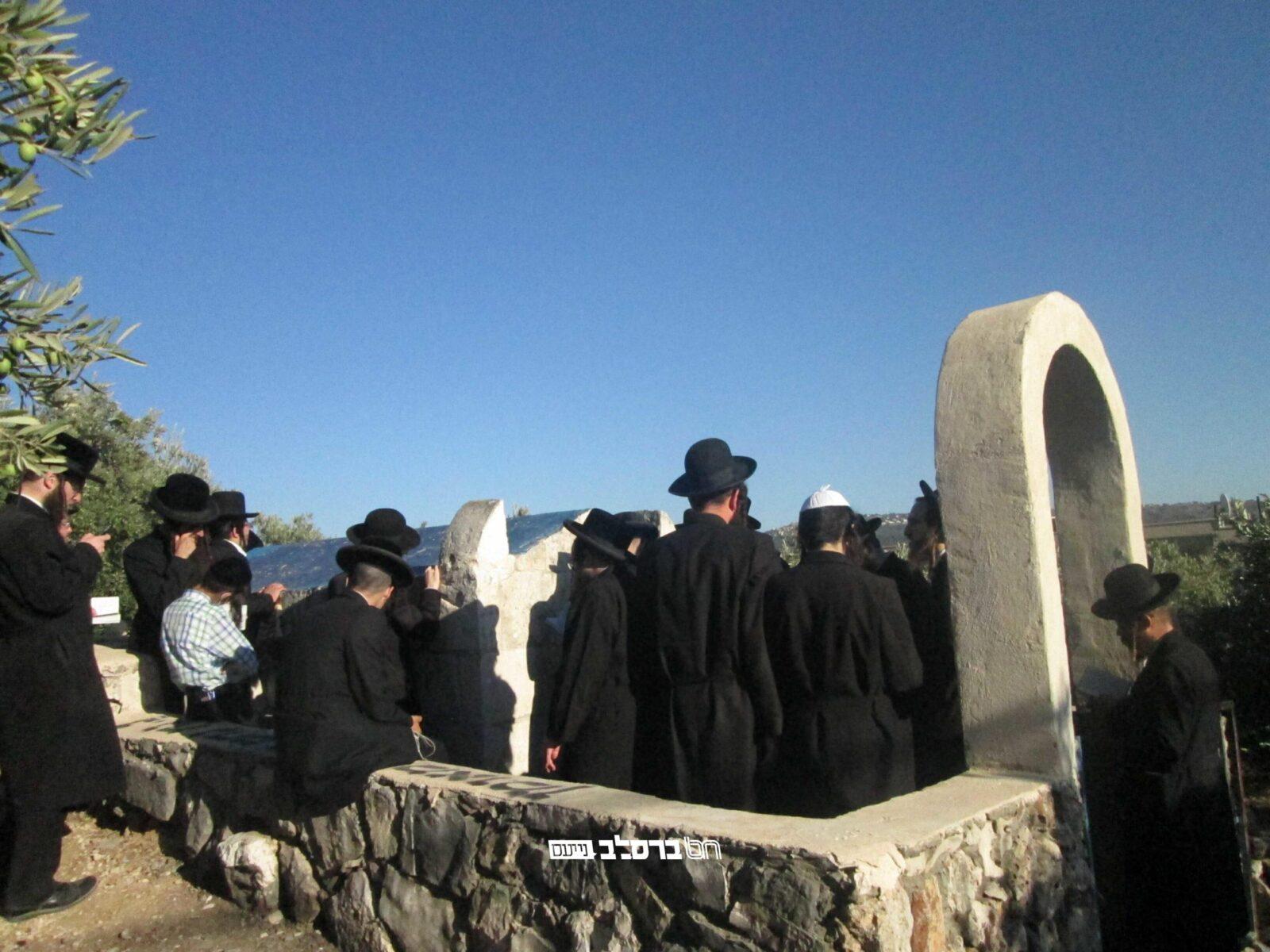 מורשת הנחל • האברכים בנסיעה לקברי צדיקים ערב ראש חודש אלול