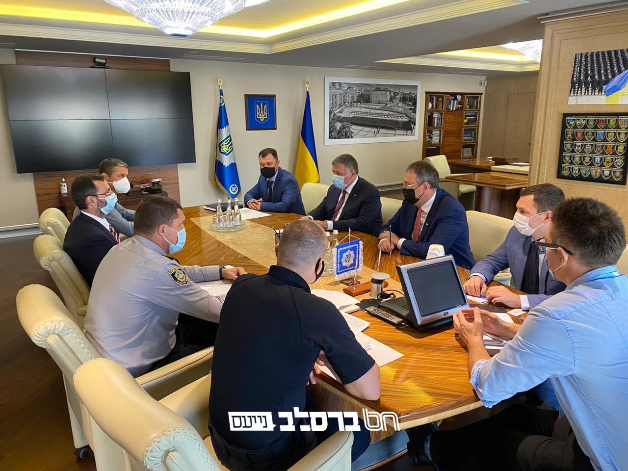 נמשכים הדיונים: שר הפנים האוקראיני מציע קיבוץ של 3000 חסידים בלבד • בקשו רחמים