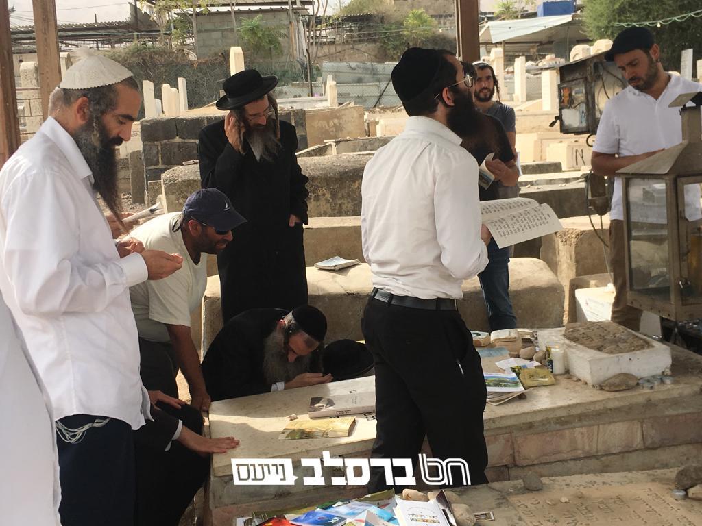"""עליה על קברו • אנשי שלומנו בתפילה בציון החסיד רבי ישראל קרדונר זצ""""ל ביום ההילולא ט' חשון"""