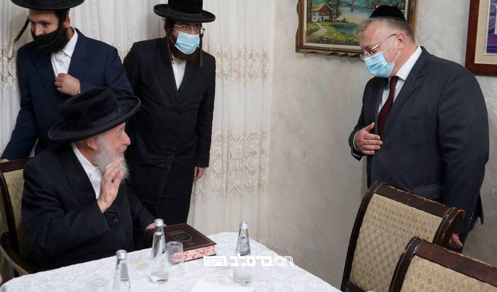 """שגריר בלארוס מר איבגני וורוביוב בביקור במעונו של הגה""""צ רבי משה קרמר מגדולי זקני ברסלב • צפו"""