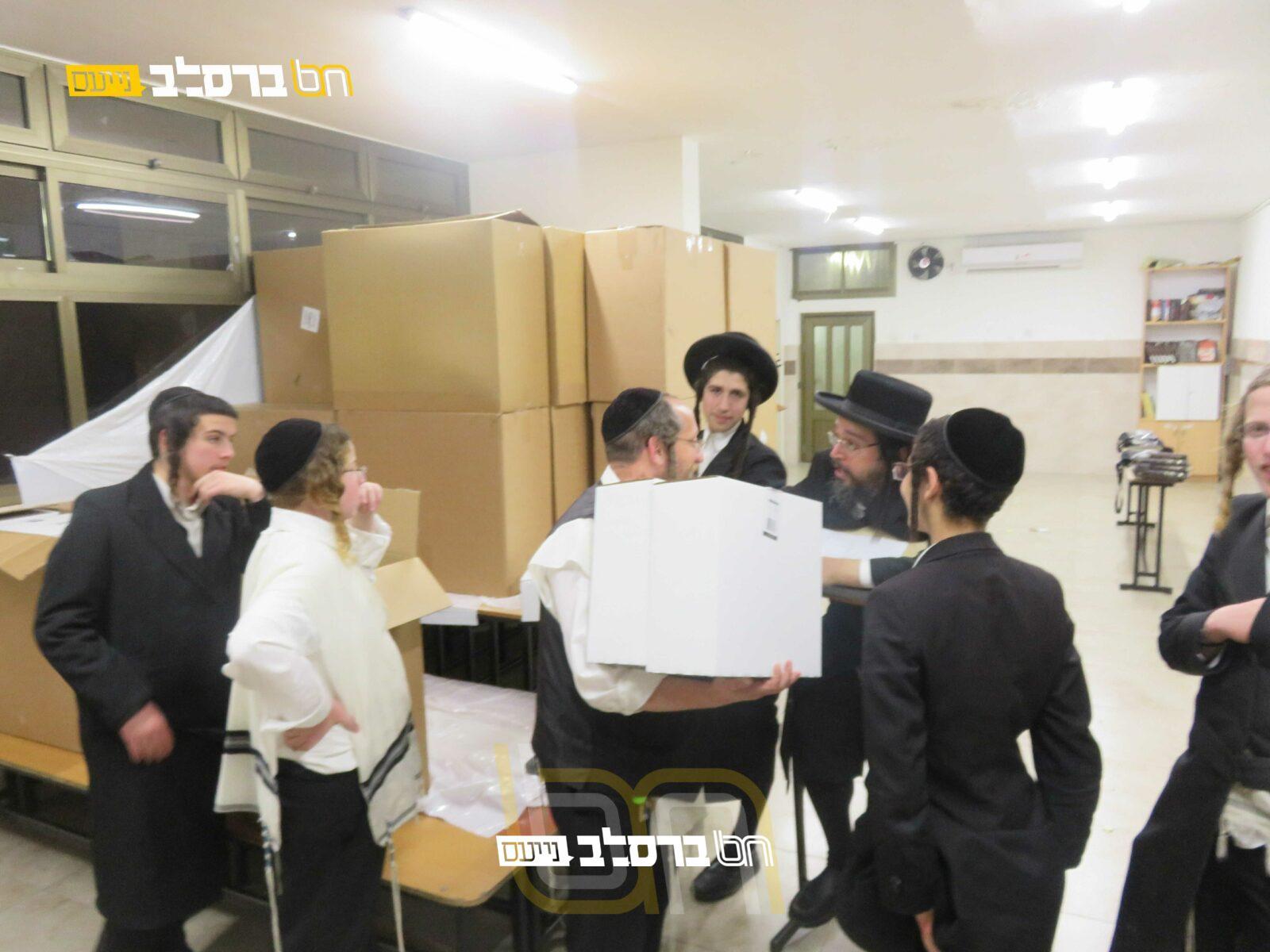 בית שמש • קמחא דפסחא: חלוקת מצות בבית הכנסת ברסלב 'נחלת חן'