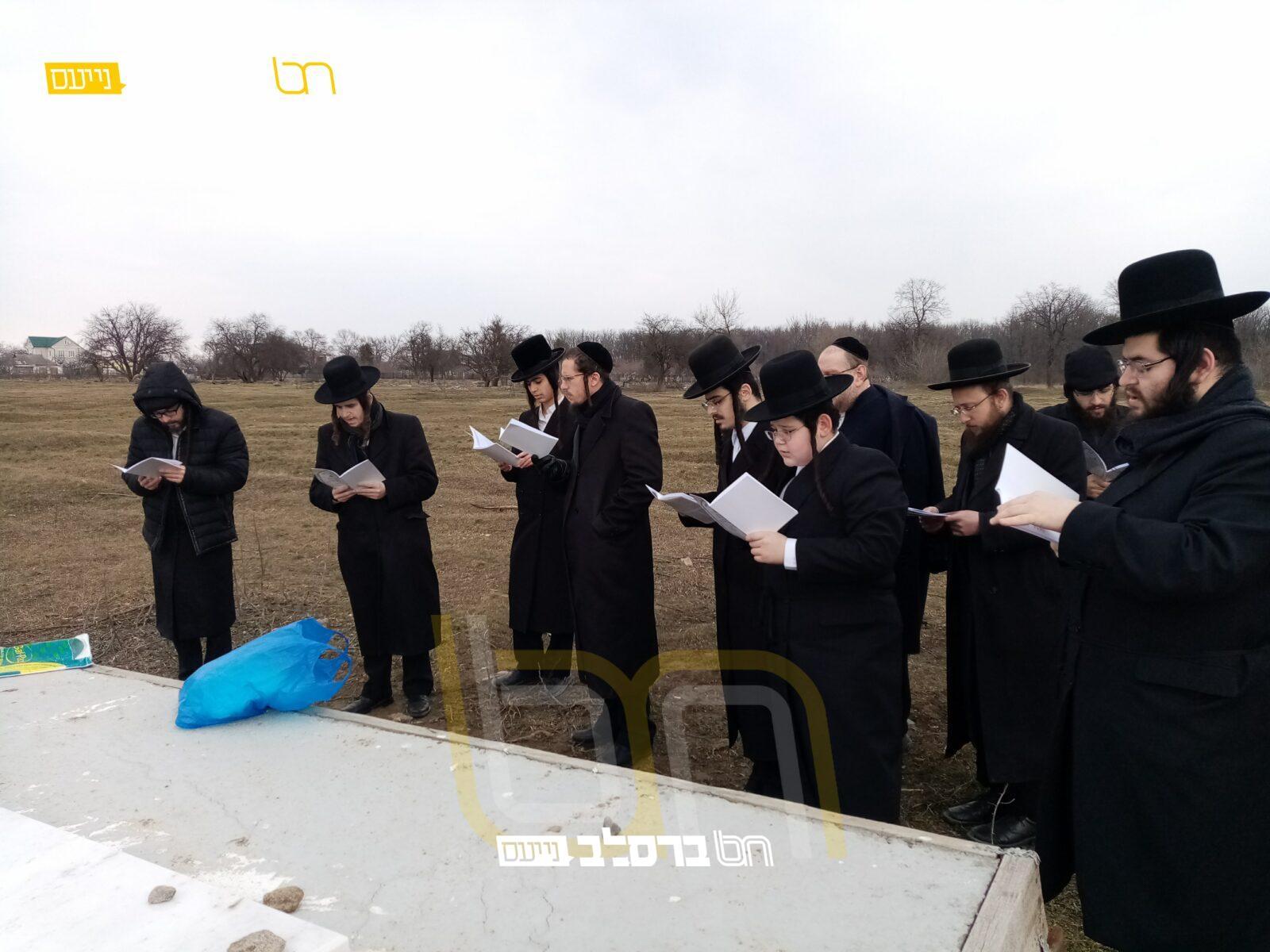"""יׇארצַיְּיְּט • בני הרה""""ח רבי משה גולשבסקי זצ""""ל פקדו את קבר אביהם"""
